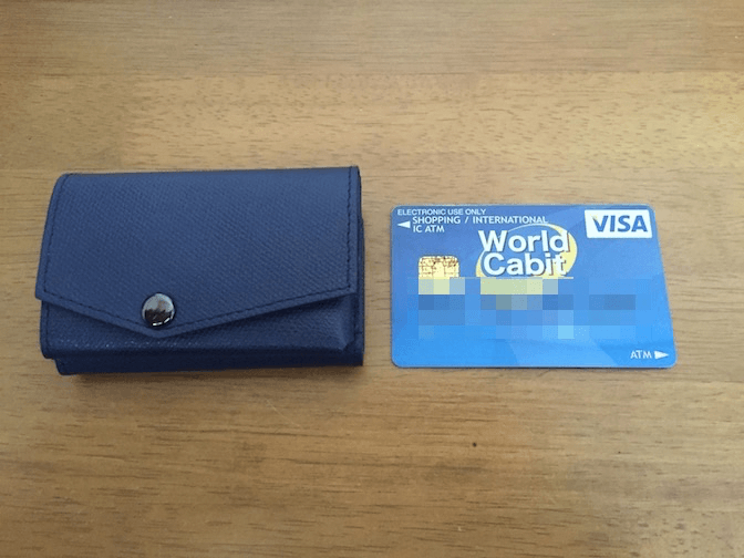 小さい財布をカードと比較