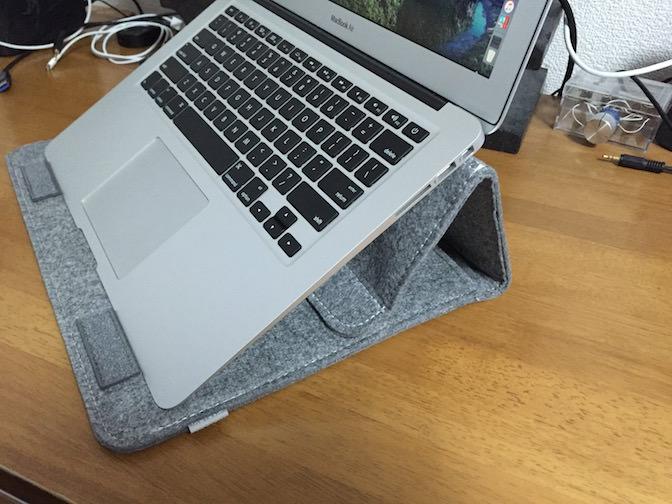 Inateck Macbook 13インチケース スタンドになる